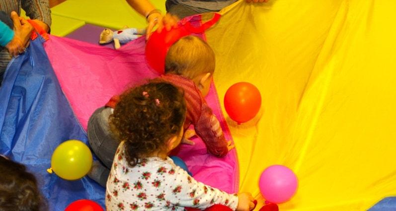 Bebés jugando con globos en A Casa das linguas