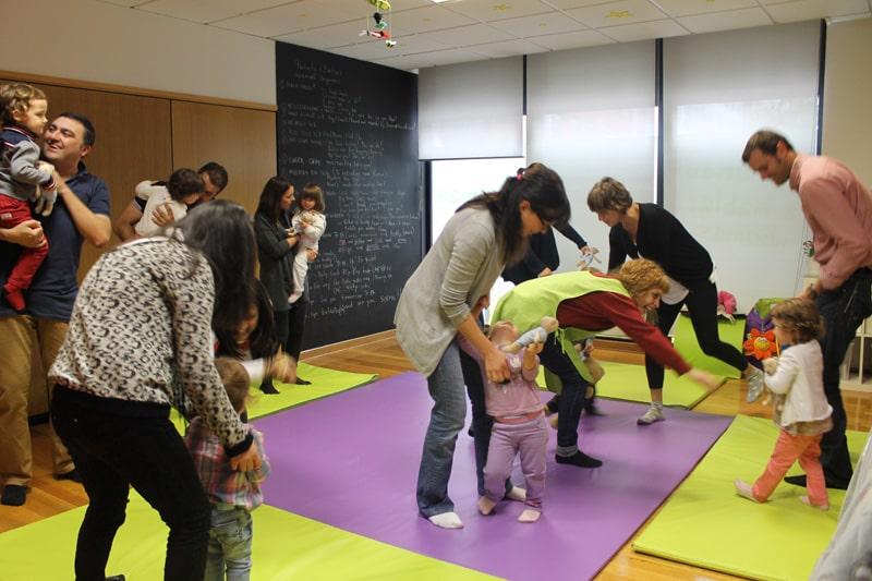 Bebés y papás en una clase de A Casa das linguas