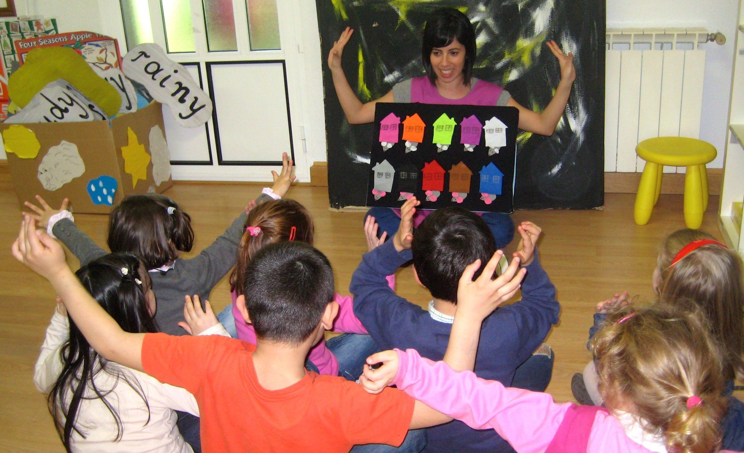 Ensenando inglés para niños usando fieltro y canciones en Casas Novas
