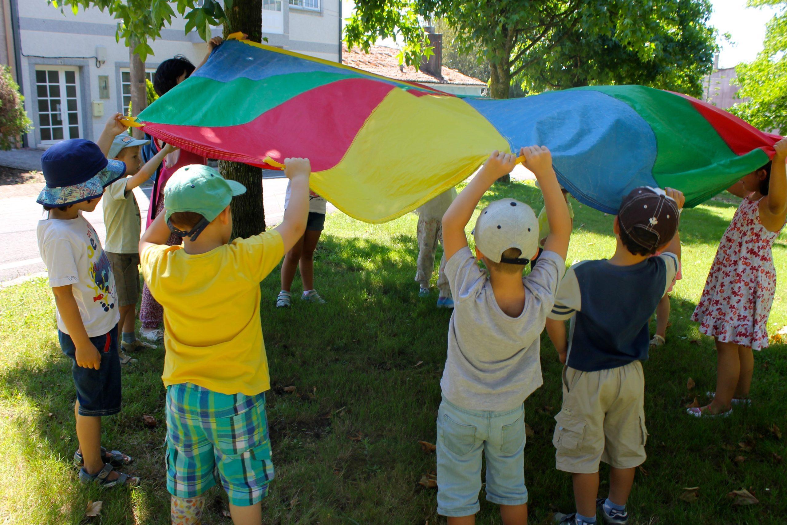 Niños jugando en el campamento de inglés en Casas Novas